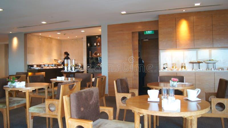 SINGAPUR - 2 de abril de 2015: Gandulee el área de un hotel, club, pasillo de la compañía Fragmento del pasillo moderno de las ci imagen de archivo libre de regalías