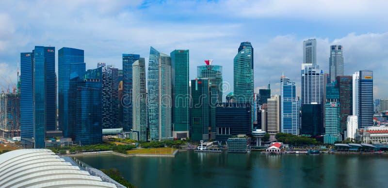 SINGAPUR - 15 DE ABRIL: Horizonte y Marina Bay de la ciudad de Singapur en A fotografía de archivo libre de regalías