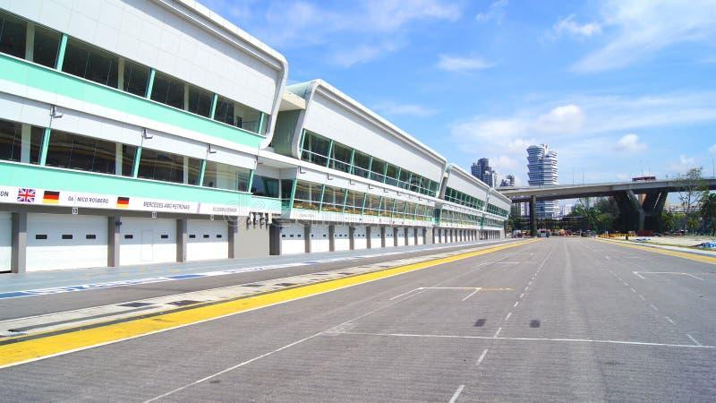 SINGAPUR - 2 de abril de 2015: Marque con hoyos el carril y comience la meta de la pista que compite con del Fórmula 1 en Marina  fotos de archivo