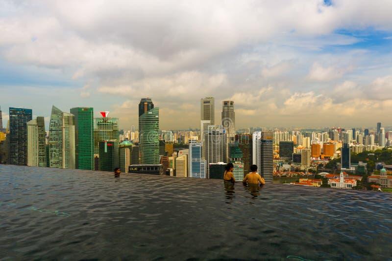 SINGAPUR - 15 DE ABRIL: Piscina en horizonte del tejado y de la ciudad de Singapur encendido foto de archivo