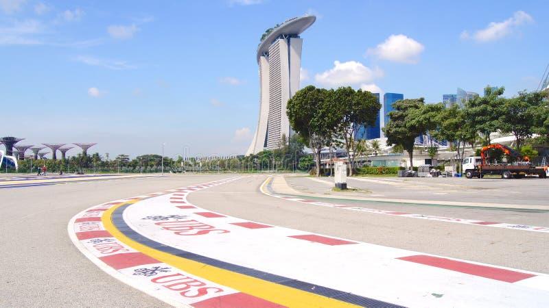 SINGAPUR - 2 de abril de 2015: Pista que compite con del Fórmula 1 en Marina Bay Street Circuit El símbolo del Fórmula 1 que comp foto de archivo libre de regalías
