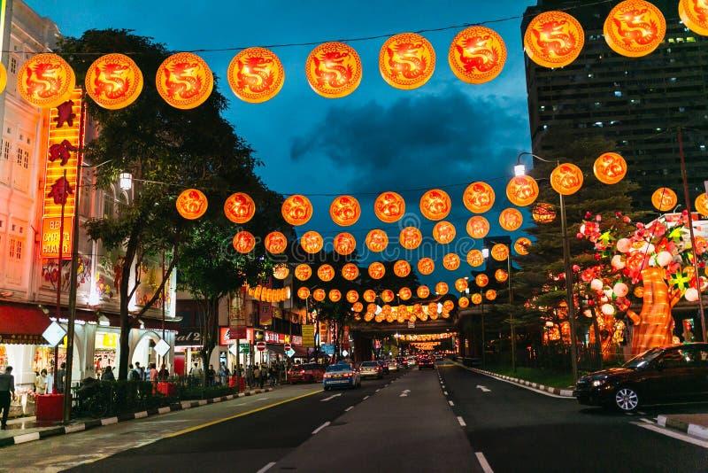SINGAPUR - 19 DE ENERO DE 2016: vista de la calle de la ciudad adornada con las linternas imagenes de archivo