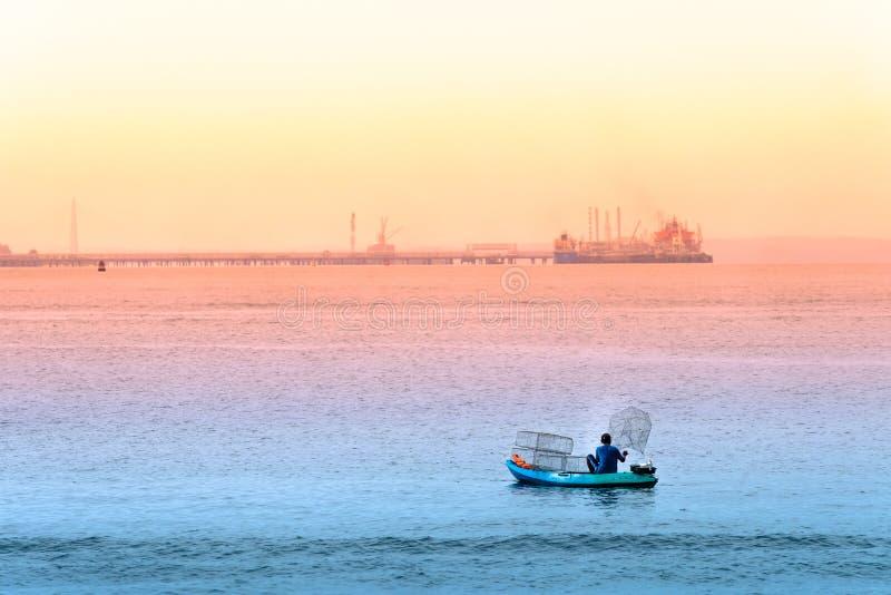 Singapur 29 DE JUNIO DE 2019: El pescador está pescando en el mar colocando jaulas foto de archivo libre de regalías