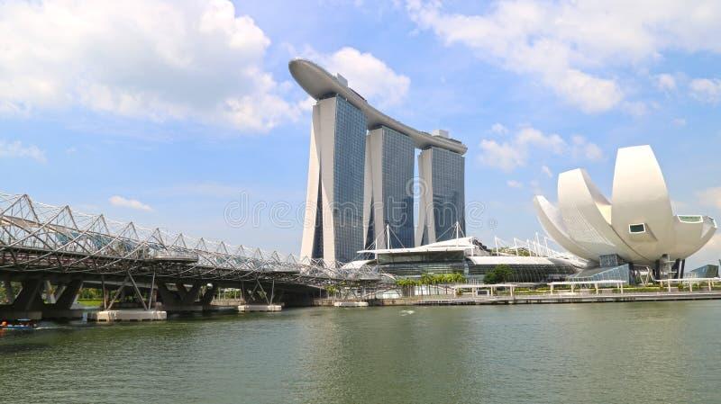 Singapur - 20 de junio: Puente de la hélice que lleva a Marina Bay Sands tomada en el día del 20 de junio de 2016 fotos de archivo