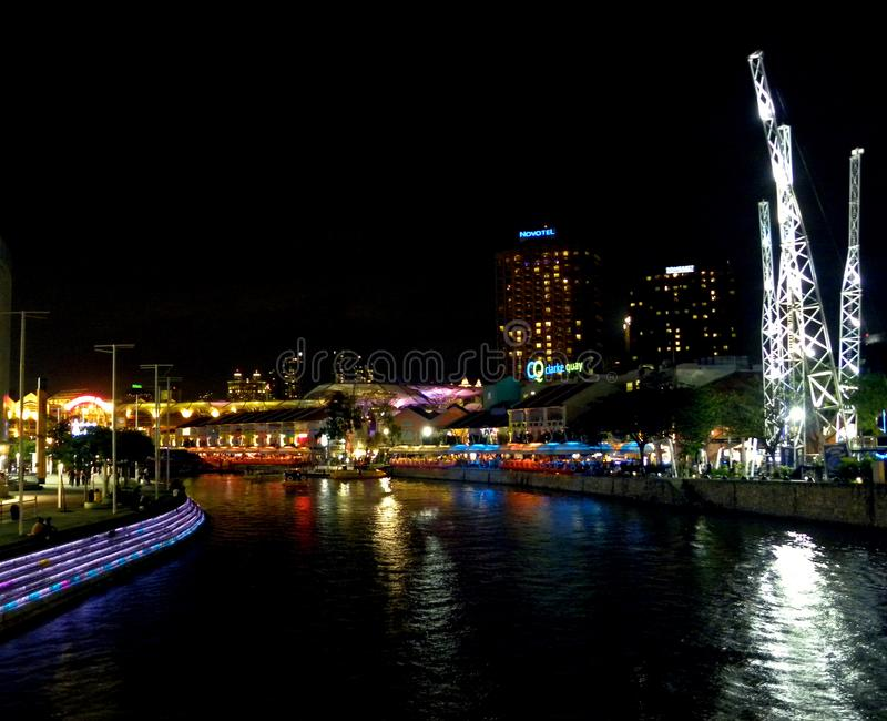 Singapur - 1 de junio de 2009 río de Singapur en Clarke Quay en la noche imagen de archivo