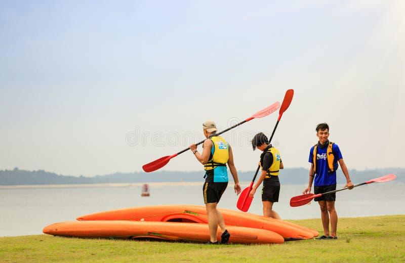 Singapur 29 DE JUNIO DE 2019: tres personas que van a Kayaking en la playa foto de archivo