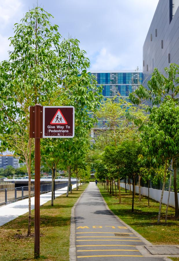 Singapur 2 DE MARZO DE 2019: Conector del parque del verde de Singapur en la opinión del área de la ciudad imagenes de archivo
