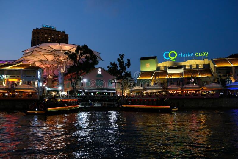 SINGAPUR - 7 de marzo de 2019: Edificio ligero colorido en la noche en Clarke Quay, Singapur Clarke Quay, es un qua hist?rico de  imagen de archivo libre de regalías