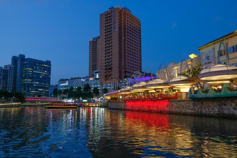SINGAPUR - 7 de marzo de 2019: Edificio ligero colorido en la noche en Clarke Quay, Singapur Clarke Quay, es un qua hist?rico de  fotografía de archivo