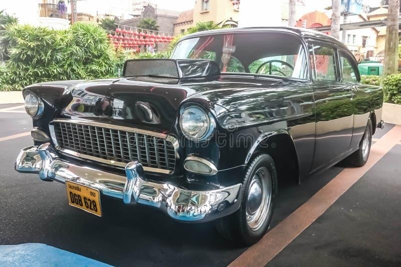 Singapur - 25 de mayo de 2019: Negro clásico retro el viejo vintage aparcamiento en la calle Parte delantera izquierda imágenes de archivo libres de regalías