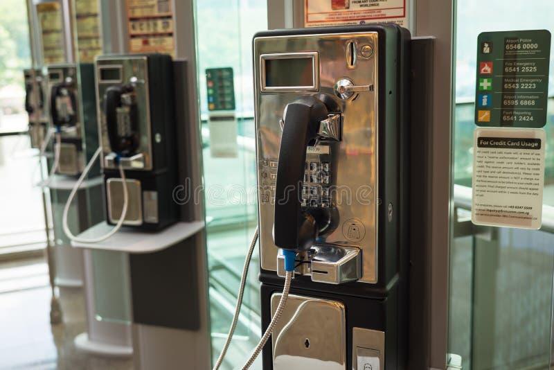 Singapur - 2 de mayo de 2016: Teléfono público en el aeropuerto de Changi, Singapur imagen de archivo