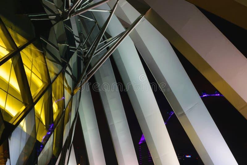 Singapur - 13 de octubre de 2018 Edificio de la obra maestra de la arquitectura en la noche fotos de archivo