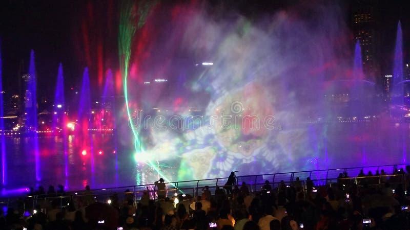 SINGAPUR - 14 de octubre de 2018: El libre-a-público de la luz y del agua hacia fuera muestra 'para preguntarse por completo 'en  imagen de archivo libre de regalías