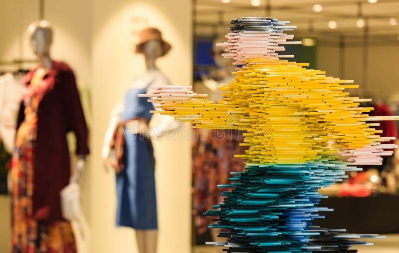 Singapur 21 DE OCTUBRE DE 2018: exhibición divertida de la escultura en la opinión de la calle que hace compras imagen de archivo libre de regalías