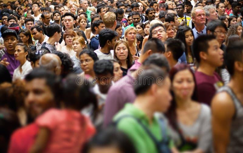 SINGAPUR - 31 2013 DEC: Ogromny tłum ludzie zbiera w grzechu zdjęcia royalty free
