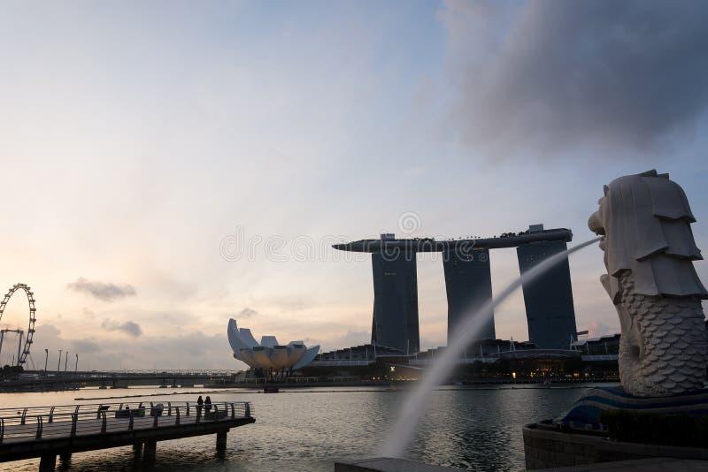 SINGAPUR, EL 16 DE JULIO DE 2015: El Merlion y Marina Bay Sands Re foto de archivo libre de regalías