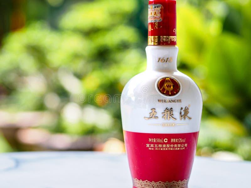 SINGAPUR, EL 29 DE MARZO DE 2019 - una botella de liqour del baijiu del wuliangye Wuliangyei es un liqour chino famoso de Yibin,  foto de archivo