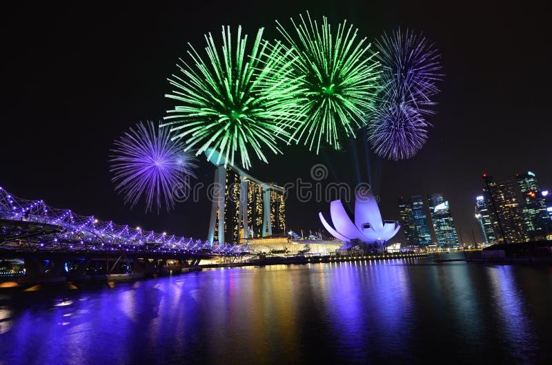 Singapur fajerwerki i linia horyzontu zdjęcie stock