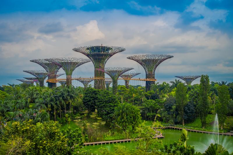 SINGAPUR, SINGAPUR - 1. FEBRUAR 2018: Schöne Ansicht im Freien des botanischen Gartens, Gärten durch die Bucht herein lizenzfreie stockbilder