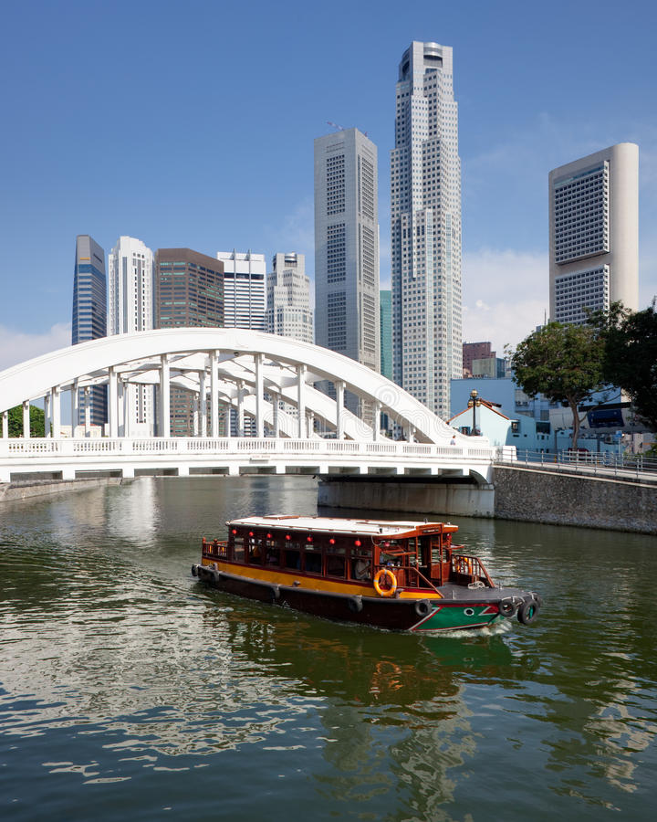 Singapur-Finanzbezirk mit Elgin Brücke stockfotos