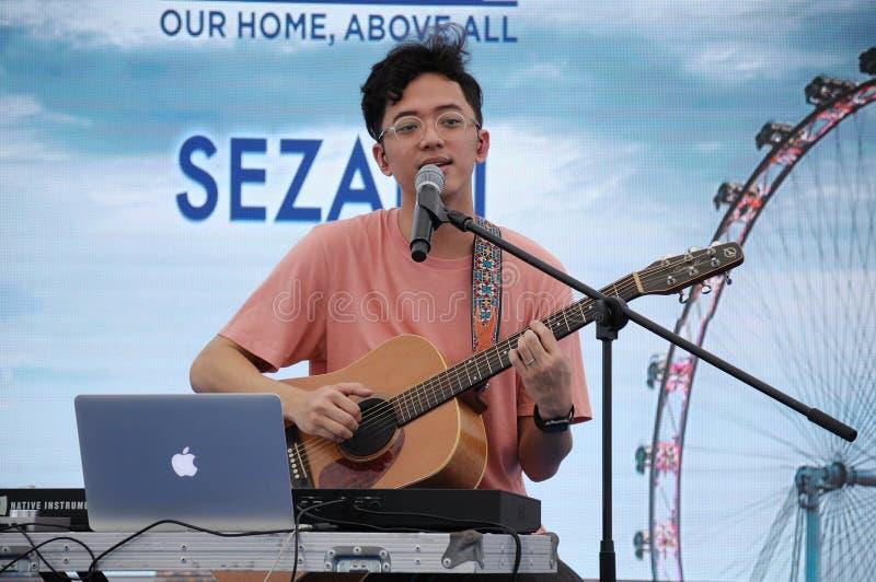 Singapur-Idol Sezairi Sezali, der am Stadium durchführt lizenzfreie stockfotos