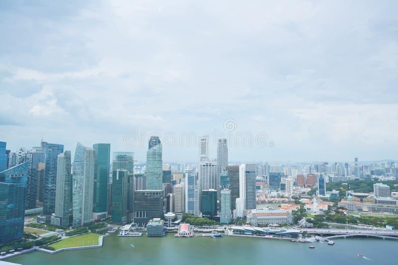 SINGAPUR - 19. JANUAR 2016: schöne szenische Ansicht der Stadt mit Wolkenkratzern stockbild