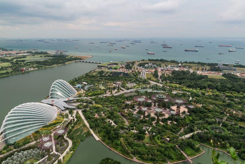 SINGAPUR - 19. JANUAR 2016: schöne Vogelperspektive der Stadt mit grünem Park lizenzfreies stockbild