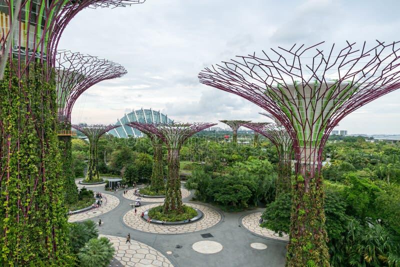 SINGAPUR - 19. JANUAR 2016: städtische Szene mit modernen Monumenten und Grünpflanzen stockfotos