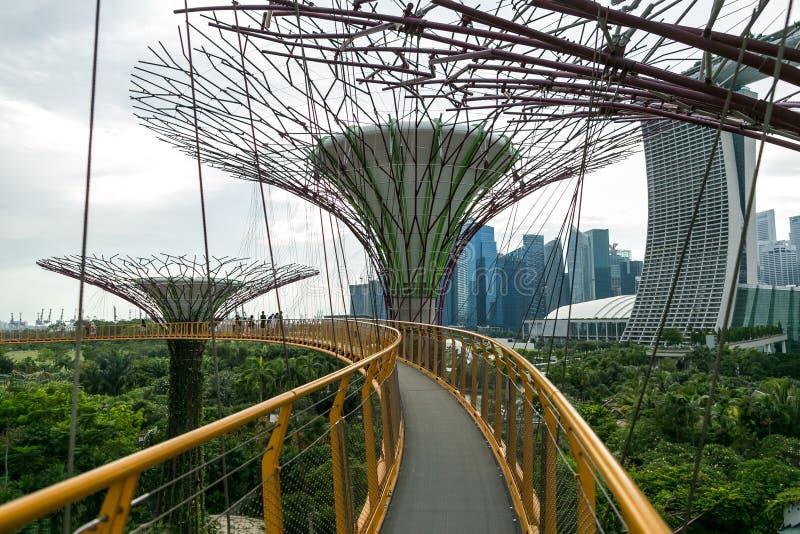 SINGAPUR - 19. JANUAR 2016: städtische Szene mit modernen Monumenten und Grünpflanzen lizenzfreie stockbilder