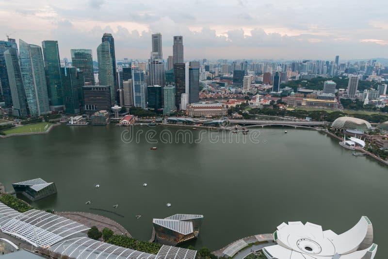 SINGAPUR - 19. JANUAR 2016: Vogelperspektive von hohen Stadtwolkenkratzern lizenzfreies stockfoto