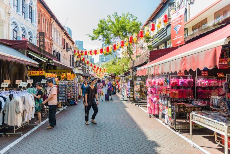 SINGAPUR - 20. JUNI: Hasten der Straße Chinatown-Bezirkes auf J stockfoto