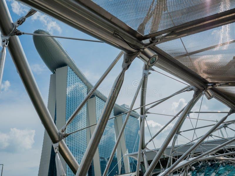 SINGAPUR - 24. JUNI 2018: Marina Bay Sands-Hotel und die Schneckenbrücke ist- eine Fußgängerbrücke, die Marina Centre mit Jachtha lizenzfreie stockfotos