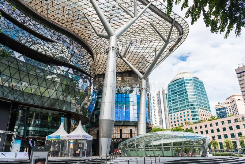 SINGAPUR - 18. JUNI: Tagesansicht von ION Orchard-Einkaufszentrum onJU stockfotos