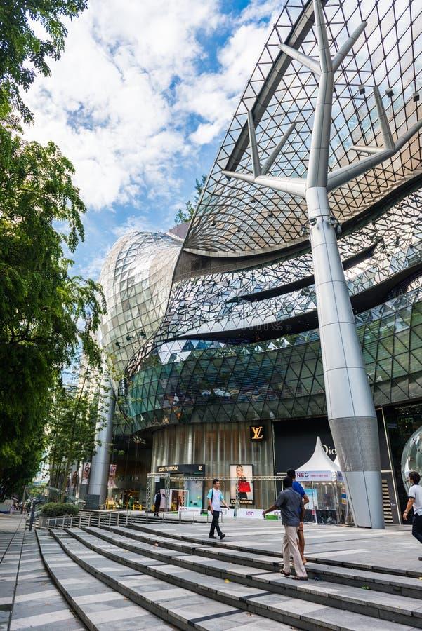 SINGAPUR - 18. JUNI: Tagesansicht von ION Orchard-Einkaufszentrum onJU stockfotografie