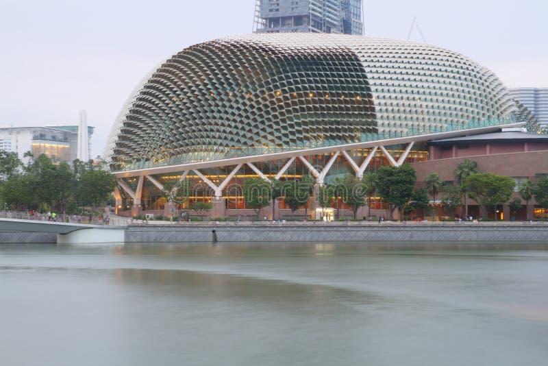 SINGAPUR, KWIECIEŃ - 10, 2016: Esplanada - Theatres na zatoce są a zdjęcia stock
