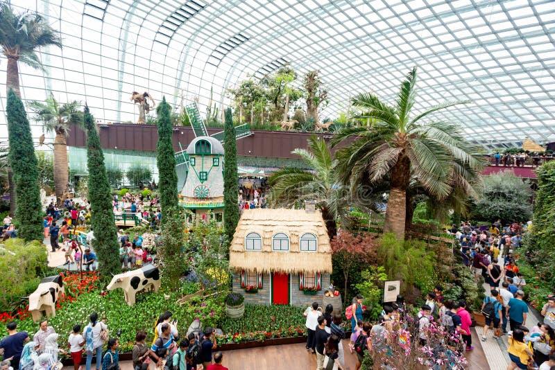 Singapur Singapur, Kwiecień, - 20, 2019: Ludzie odwiedza kwiat kopułę i chmura las zdjęcia stock
