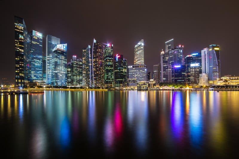 Singapur linia horyzontu i iluminujący pieniężny gromadzki noc widok obraz royalty free