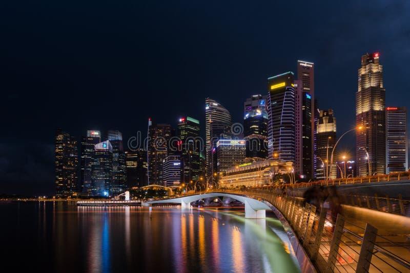 Singapur linia horyzontu i iluminujący pieniężny gromadzki noc widok, obraz stock