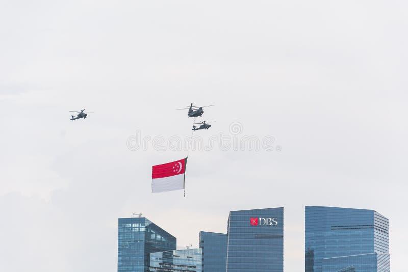 Singapur Lipiec, 18 2015: śmigłowcowa komarnica na niebie dla Fiftieth Ann obraz royalty free