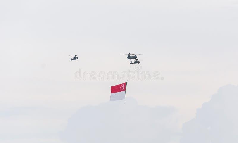 Singapur Lipiec, 18 2015: śmigłowcowa komarnica na niebie dla Fiftieth Ann zdjęcie stock