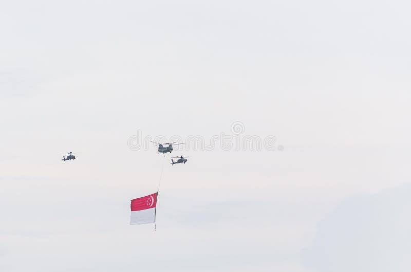 Singapur Lipiec, 18 2015: śmigłowcowa komarnica na niebie dla Fiftieth Ann obraz stock