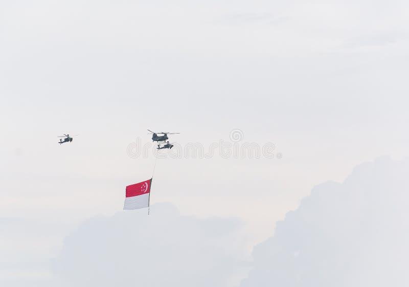 Singapur Lipiec, 18 2015: śmigłowcowa komarnica na niebie dla Fiftieth Ann zdjęcia stock