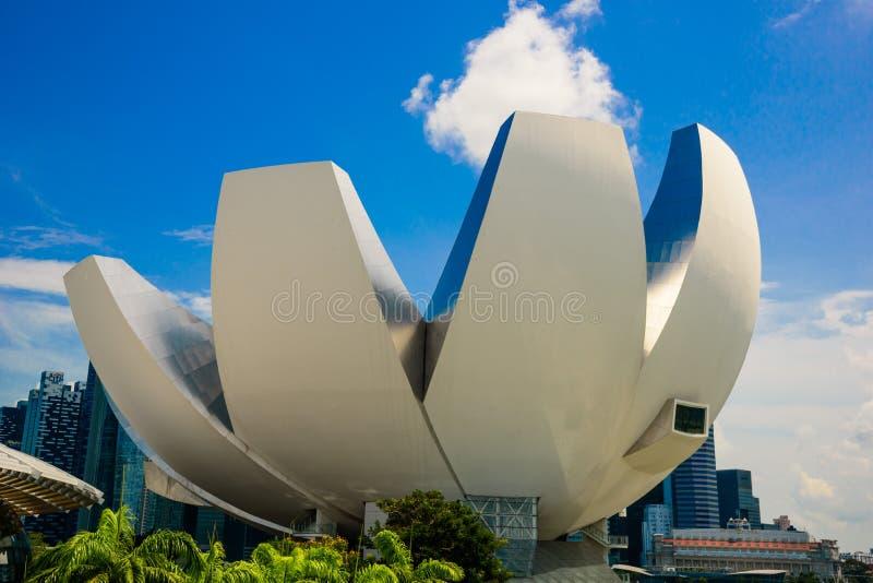 SINGAPUR, LIPIEC - 10: Widok sztuki nauki muzeum na niebieskiego nieba whi zdjęcie stock