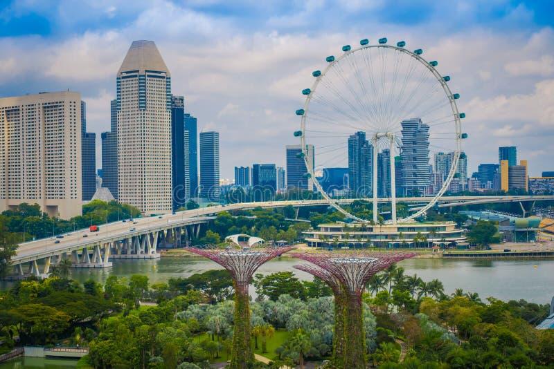SINGAPUR SINGAPUR, LUTY, - 01, 2018: Piękny plenerowy widok Singapur ulotka - Wielki Ferris Toczy wewnątrz fotografia royalty free