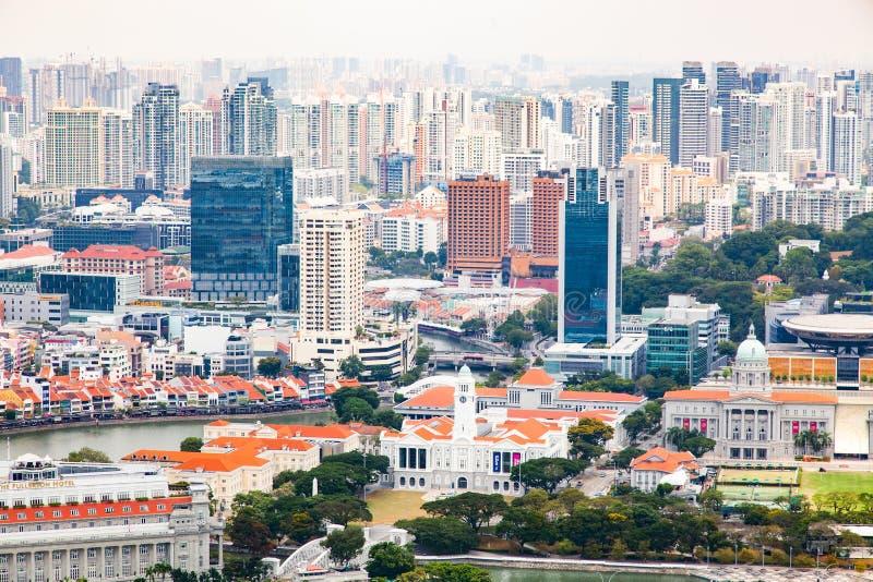 SINGAPUR, SINGAPUR - MÄRZ 2019: Aussicht auf Singapur von der Dachterrasse des Marina Bay Sands aus stockbilder