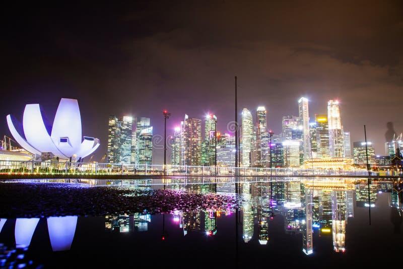 SINGAPUR, SINGAPUR - MÄRZ 2019: Skyline von Singapur Marina Bay in der nächtlichen Innenstadt von Wolkenkratzern und dem Art Scie lizenzfreie stockfotografie