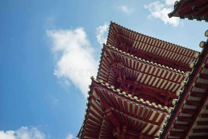 Singapur - 2. Mai 2016: Dach des Buddha-Zahn-Relikt-Tempels und des Museums gegen blauen Himmel in Singapur lizenzfreies stockfoto