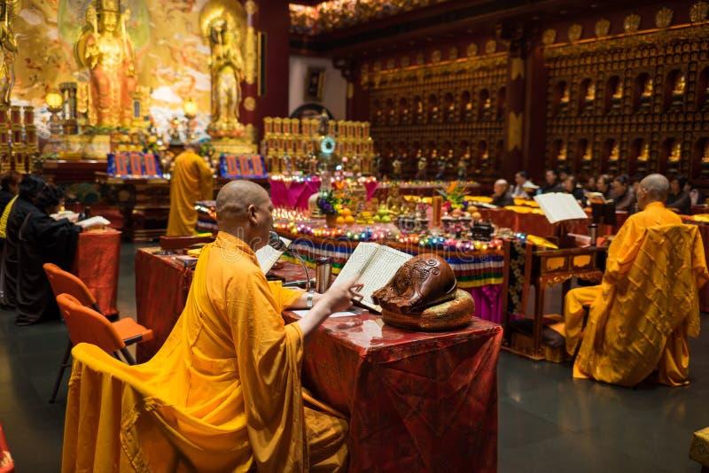 Singapur - 2. Mai 2016: Mönche und Buddhisten, die am Buddha-Zahn-Relikt-Tempel und dem Museum beten Der buddhistische Schrein de stockfoto