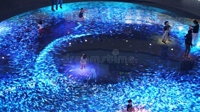 Singapur, am 26. Mai 2018 Vergrößerte Wirklichkeitsgroßbilderfahrung auf dem Boden Helles Segeltuch Digital bei Marina Bay Sands stockfotografie