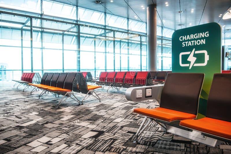 SINGAPUR - Maj 06, 2016: Ładuje staci siedzenia w Lotniskowym Terminal obrazy stock
